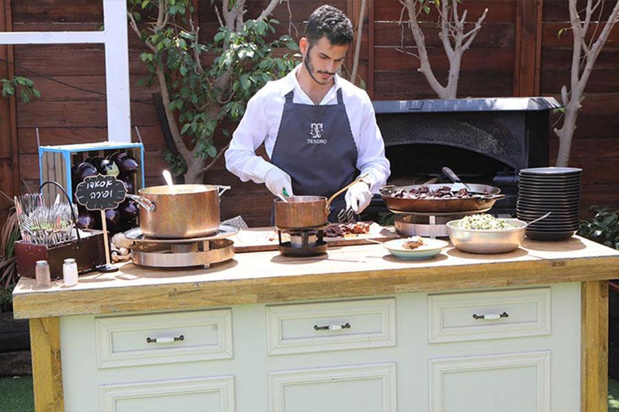 טבח מכין אוכל לאורחים