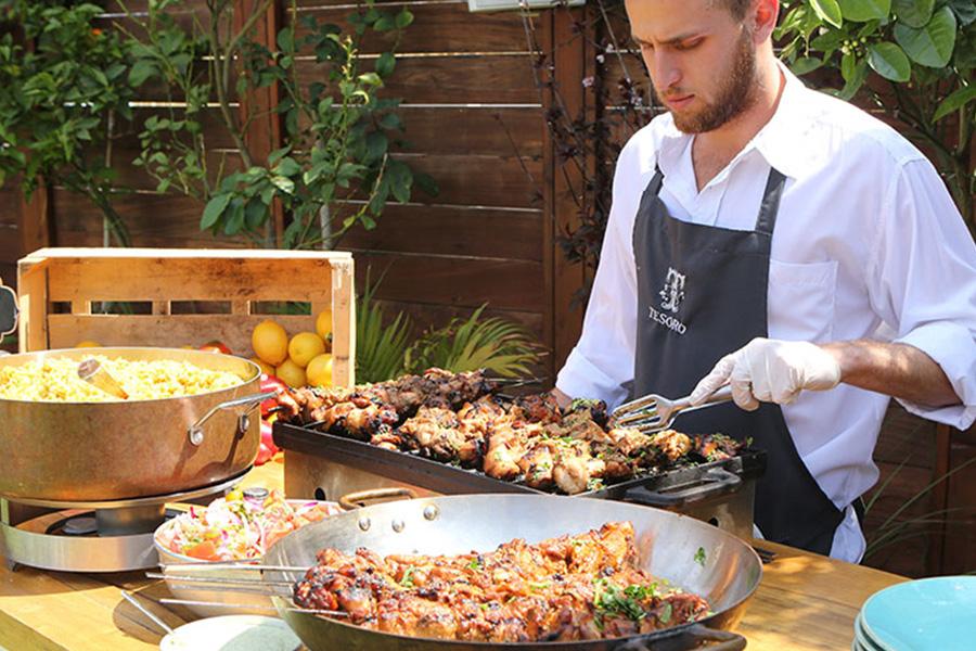 טבח מבשל לאורחים