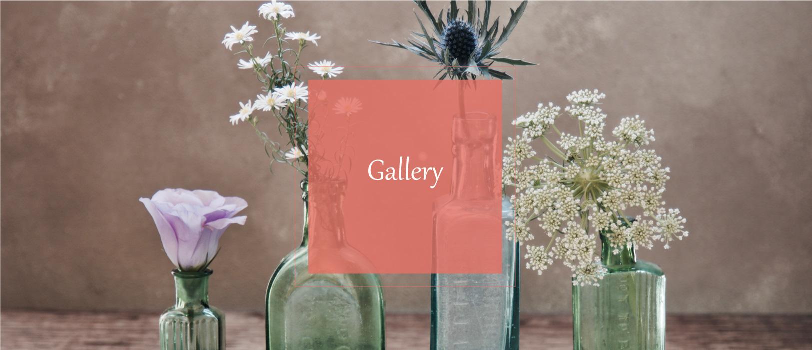 פרחים על רק קיר